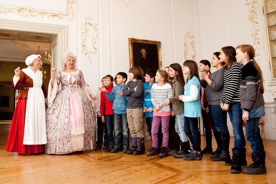 Schulklasse bei einer Kostümführung, Neues Schloss Tettnang; Foto: Staatliche Schlösser und Gärten Baden-Württemberg, Thomas Kärcher