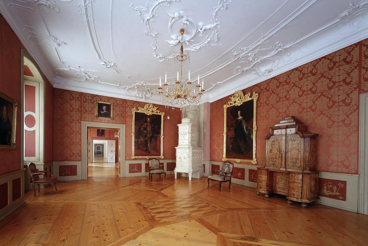 Erstes Rotes Zimmer oder auch Audienzzimmer des Neuen Schlosses Tettnang; Foto: Staatliche Schlösser und Gärten Baden-Württemberg, Arnim Weischer