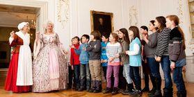 Schulklasse bei einer Kostümführung, Neues Schloss Tettnang