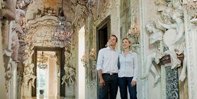 Besucherpaar bei Schlossbesichtigung