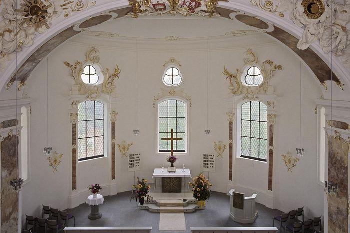 Blick in den Altarraum der Schlosskapelle