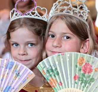Mädchen mit Prinzessinnenkostüm auf Schlosstreppe