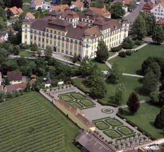 Luftaufnahme des Neuen Schlosses Tettnang mit der Gartenanlage